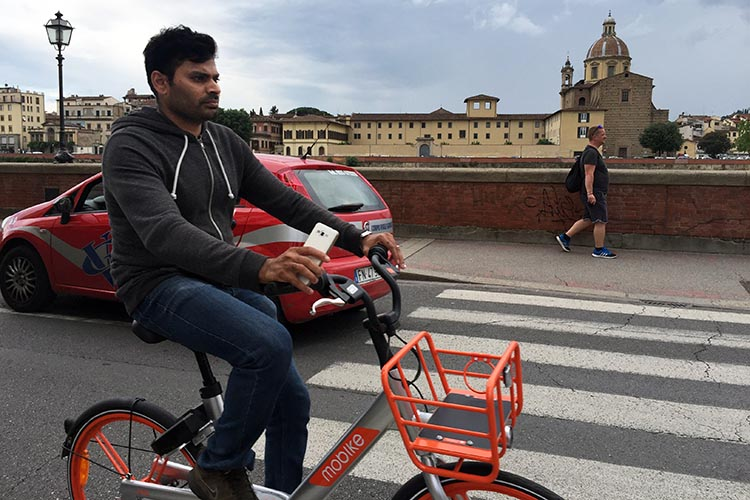 Our Electric Bike tour of Florence: There are Mobikes all over Florence - dockless bike share bikes