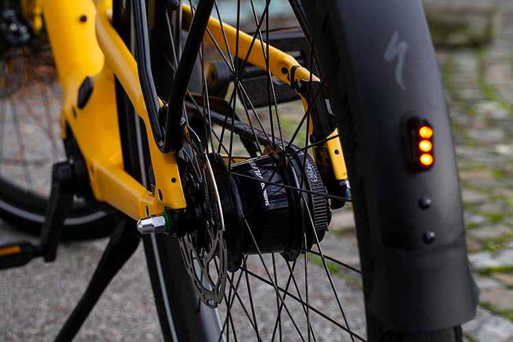 The internal gear hub (IGH) keeps the gears housed and sealed inside the rear wheel of the Specialized Como Turbo
